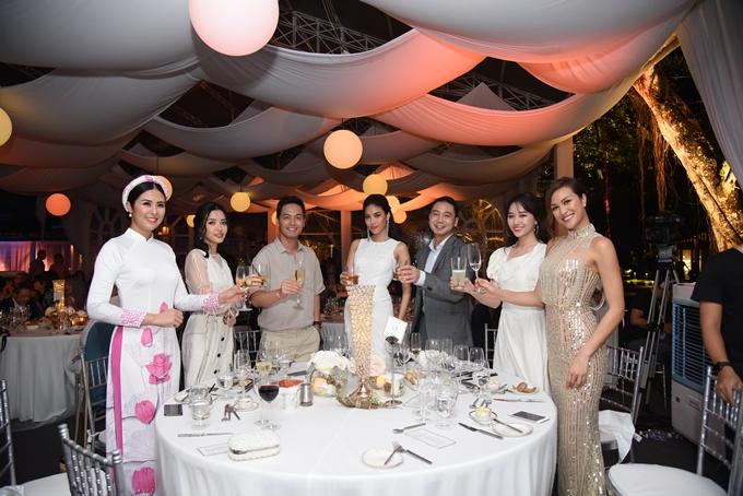 Người mẫu, MC Phương Mai (ngoài cùng bên phải) khoe dáng với đầm dạ hội trong một sự kiện được tổ chức tại resort.