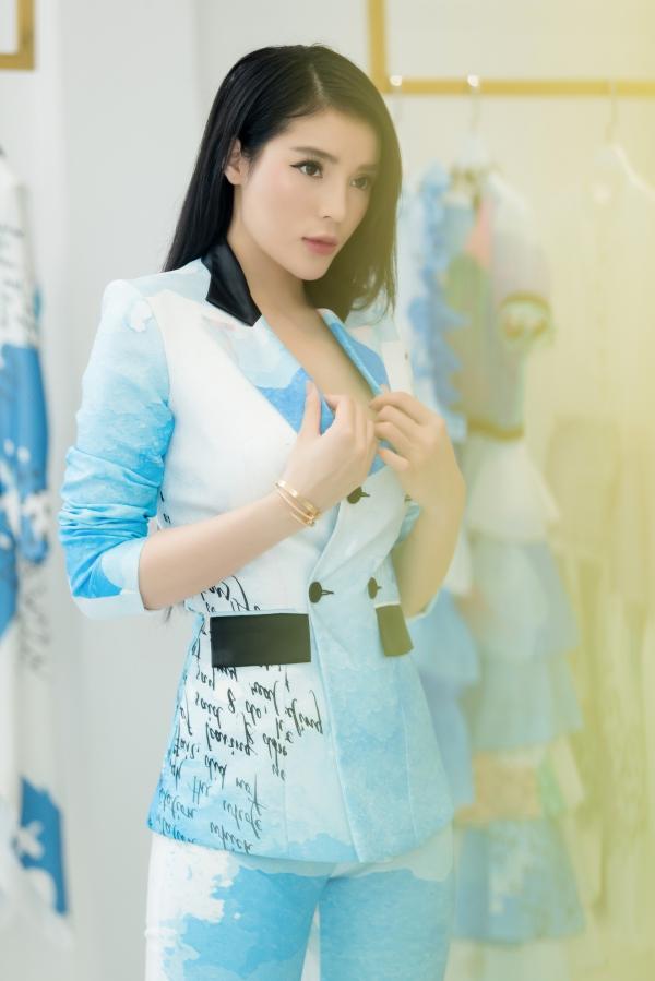 Kỳ Duyên mặc áo rộng, Quỳnh Anh Shyn khoe eo thon khi đi thử đồ - 4