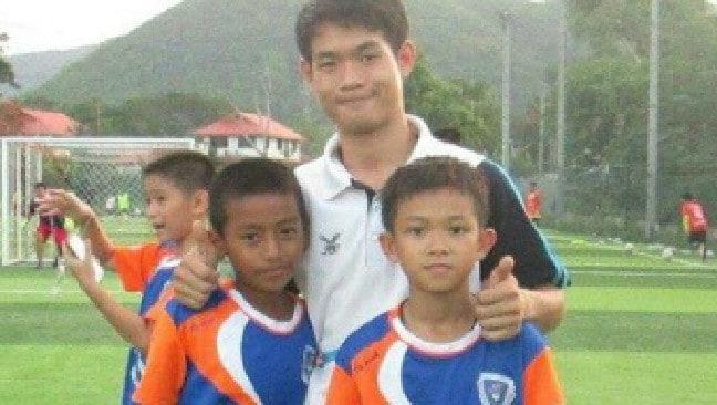 Ekapol Chanthawong trong sân tập luyện cùng các học trò tại trường Mae Sai Prasitsart. Ảnh: Herald Sun.