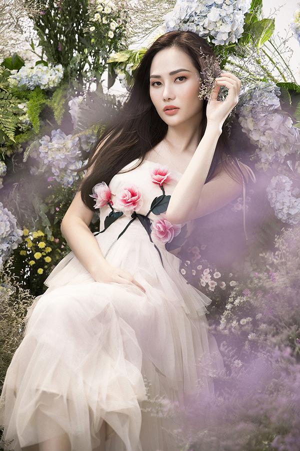 Những chiếc váy màu trắng và hồng nhạt được điểm tô bởi những bông hồng e ấp càng giúp Diệu Linh trông nữ tính và cuốn hút hơn.