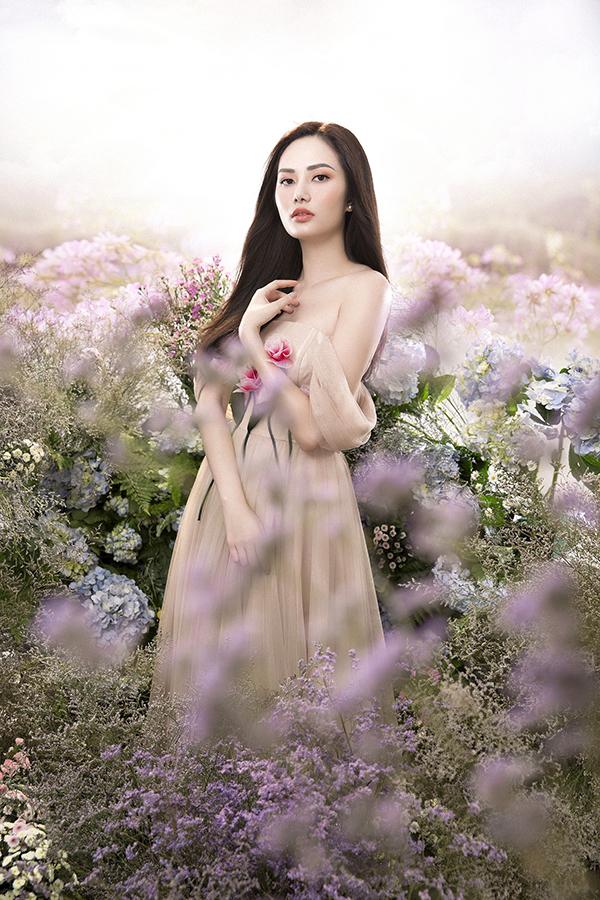 Xuất hiện trong bối cảnh lấy ý tưởng từ vườn hoa, Diệu Linh cho biết, cômuốn thể hiện vẻ đẹp mong manh của một tiên nữ.
