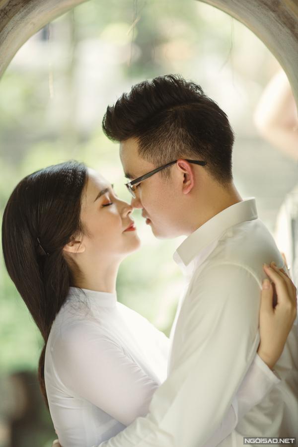 Hà Anh và ông xã có quen nhau qua một người bạn. Cặp đôi hẹn hò một năm trước khi đi đến quyết định làm đám cưới.