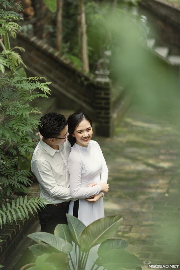 Hà Anhlưu giữ nét truyền thống bằng cách mặc áo dài trắng khisánh đôi cùng ông xã. Tôi muốn có một bộ ảnh cưới mộc mạc, giản dị hết sức, cô nói.