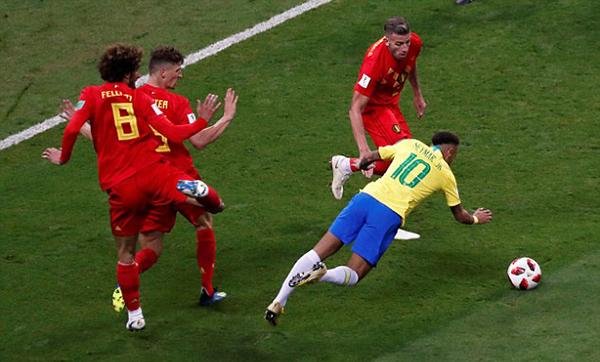 Tình huống ngã nhào của Neymar trong vòng cấm dù cầu thủ tuyển Bỉ không hề tác động khiến anh trở thành trò cười. Trên mạng xã hội, ngôi sao tuyển Brazil phải nhận rất nhiều lời châm chọc qua những bức ảnh và video chế hành vi ăn vạ của anh.