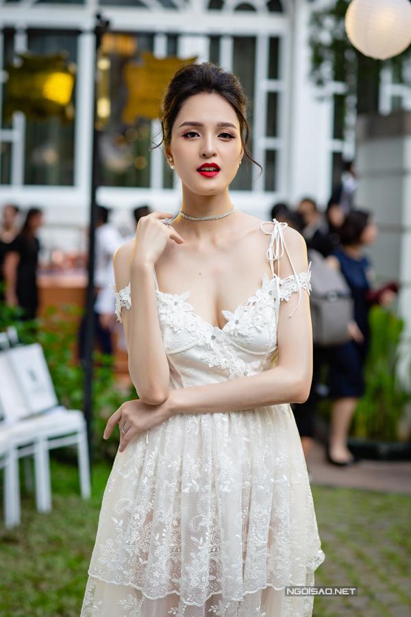Hoàng Anh mặc đầm hở vòng 1, lấn át dàn Hoa hậu, Á hậu
