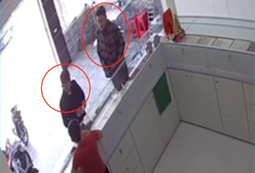 Đạt và Hoàng (vòng tròn khoanh đỏ) đang lừa bán vàng giả tại tiệm vàng Hoàng Sơn (huyện Nghi Lộc) sáng 3/7.