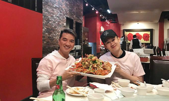 Ông hoàng nhạc Việt Đàm Vĩnh Hưng cười rạng rỡ khitạo dáng chụp hình cùng người bạn tri kỷ Dương Triệu Vũ.