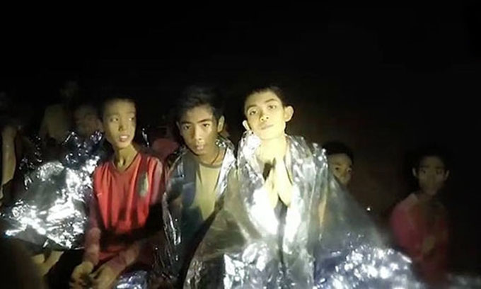 Đội bóng Thái Lan kẹt trong hang Tham Luang. Ảnh: Thai Navy SEAL.