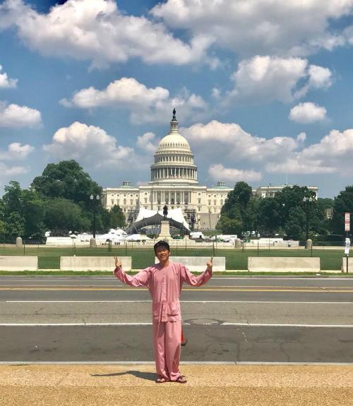 Hoài Linh Diện áo bà ba, đi dép tông tham quan Nhà Trắng.