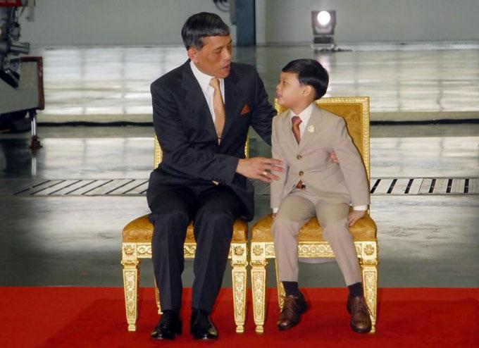 Nhà Vua Thái Lan Vajiralongkorn cùng con trai, Hoàng tử Dipangkorn Rasmijoti, trong một bức ảnh chụp năm 2012. Ảnh: Khaosodenglish.
