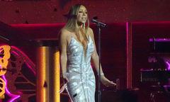 Mariah Carey lộ hát nhép khi tuột mic vì suýt ngã