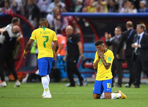 Tại World Cup 2018, Neymar chỉ ghi được hai bàn thắng cho tuyển Brazil. Ngôi sao của PSG được nhắc tới nhiều hơn qua những tình huống ngã trên sân. Theo thống kê, anh có tổng cộng 14 phút nằm sân vì ăn vạ hoặc bị đối phương phạm lỗi.