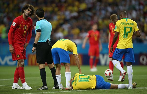 Trong trận tứ kết World Cup 2018 giữa Bỉ và Brazil rạng sáng 7/7, Neymar liên tục có những tình huống ngã vờ trong vòng cấm nhằm kiếm phạt đền. Tuy nhiên, những màn đòng kịch của ngôi sao tuyển Brazil không qua mặt được trọng tài và công nghệ VAR.