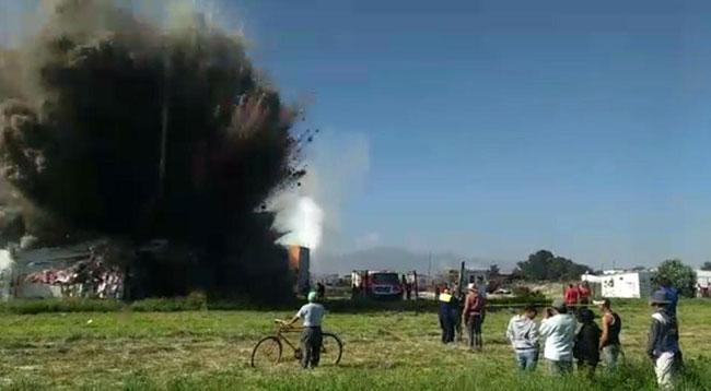 Lính cứu hoả và những người đứng gần không kịp chạy thoát thân khi vụ nổ thứ hai bất ngờ xảy ra. Ảnh cắt từ video.