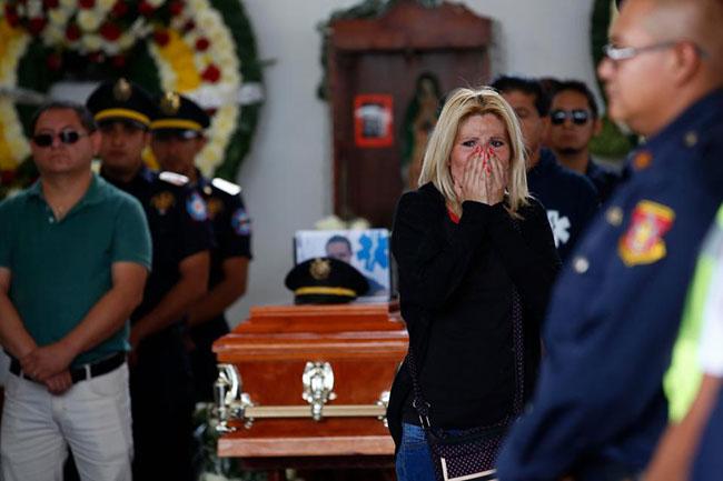 Đám tang của một lính cứu hoả thiệt mạng diễn ra vào hôm nay (7/7). Ảnh: AP.