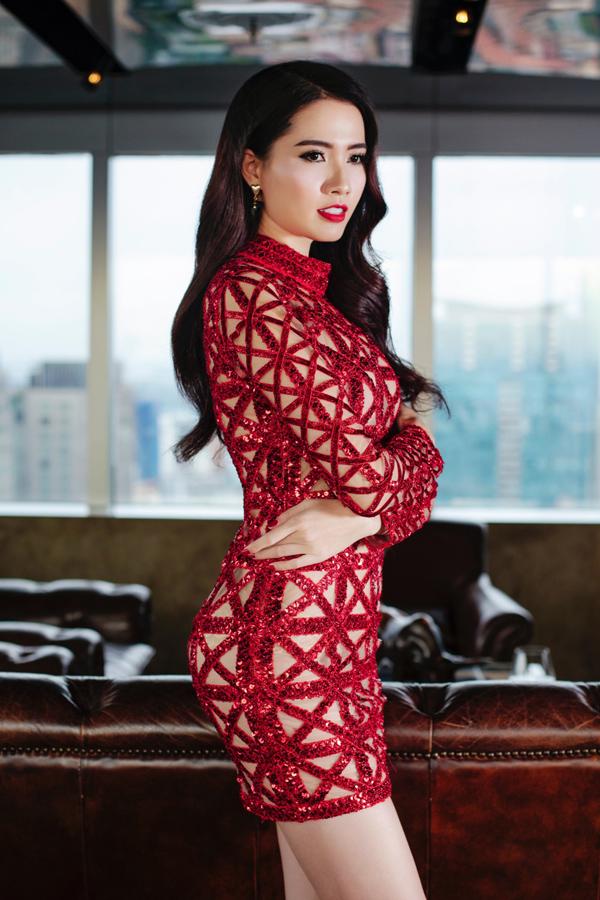 Chân dài sinh năm 1991 diện váy bó, khoe đường cong trước ống kính. Cuộc thi Hoa hậu Đại sứ Du lịch thế giới diễn ra từ 25/7 đến 8/8. Chương trình nhằm mục đích khám phá văn hóa, du lịch của các quốc gia. Năm ngoái, đại diện Việt Nam là Liên Phương đoạt giải Á hậu 1 trong đêm chung kết tổ chức ở Philippines.