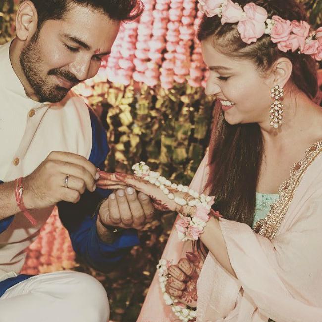 Cô dâu, chú rể trao nhẫn cưới và thực hiện nhiều nghi thức truyền thống.