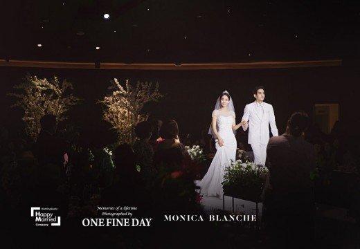 Một số hình ảnh trong đám cưới được hé lộ. Một nguồn tin cho hay, trong 3 tiếng đồng hồ tiệc cưới diễn ra, chú rể nhiều lần khóc, nhất là lúc trao lời thề nguyện.