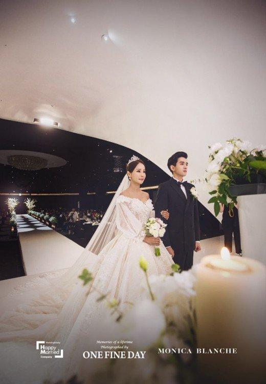 Hoa hậu World Cup Hàn lau nước mắt cho chồng trẻ trong ngày cưới - 9