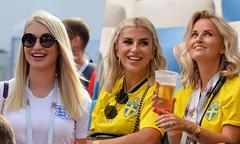 Dàn WAGs Anh và Thuỵ Điển 'đọ sắc' trên khán đài