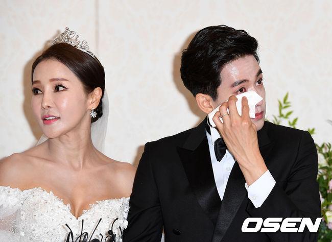 Hoa hậu World Cup Hàn lau nước mắt cho chồng trẻ trong ngày cưới - 6