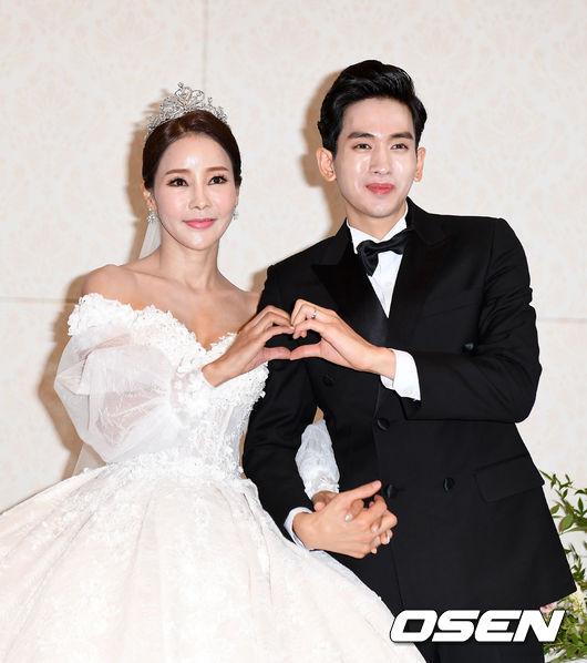 Hoa hậu World Cup Hàn lau nước mắt cho chồng trẻ trong ngày cưới - 3