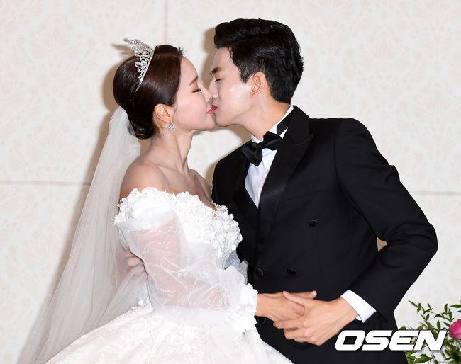 Hoa hậu World Cup Hàn lau nước mắt cho chồng trẻ trong ngày cưới - 4