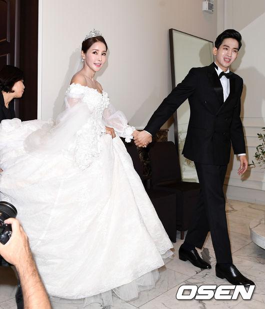 Hoa hậu World Cup Hàn lau nước mắt cho chồng trẻ trong ngày cưới