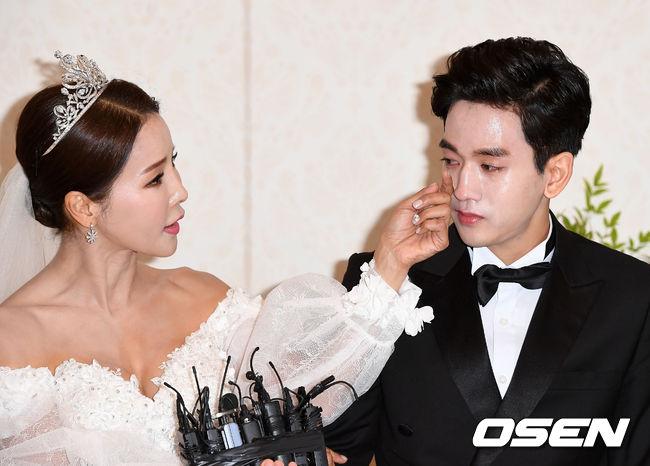 Hoa hậu World Cup Hàn lau nước mắt cho chồng trẻ trong ngày cưới - 5