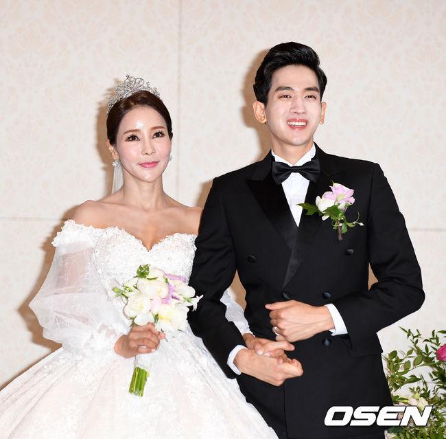Hoa hậu World Cup Hàn lau nước mắt cho chồng trẻ trong ngày cưới - 2