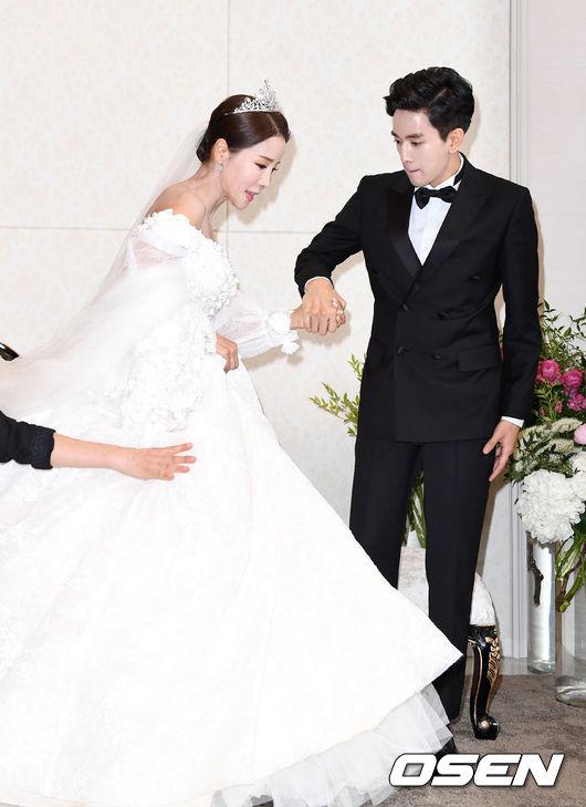 Hoa hậu World Cup Hàn lau nước mắt cho chồng trẻ trong ngày cưới - 1