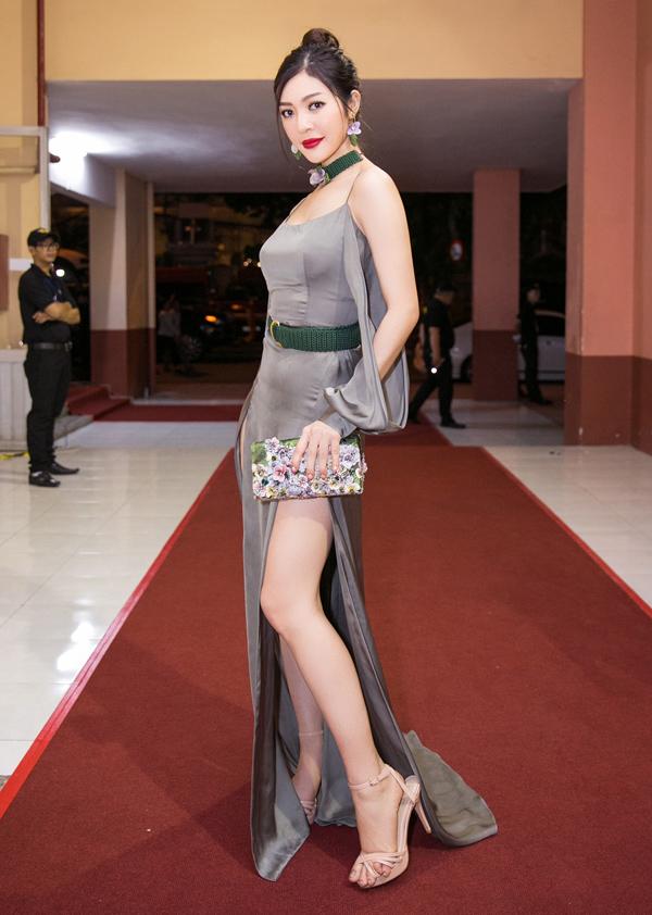 Tối 7/7, người mẫu Bùi Lý Thiên Hương mặc trang phục xẻ cao tới hông của nhà thiết kế Trần Dexnol, khoe chân thon gợi cảm trong một sự kiện.