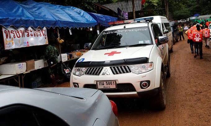 Xe cứu thương chờ sẵn bên ngoài cửa hang. Ảnh: Reuters.