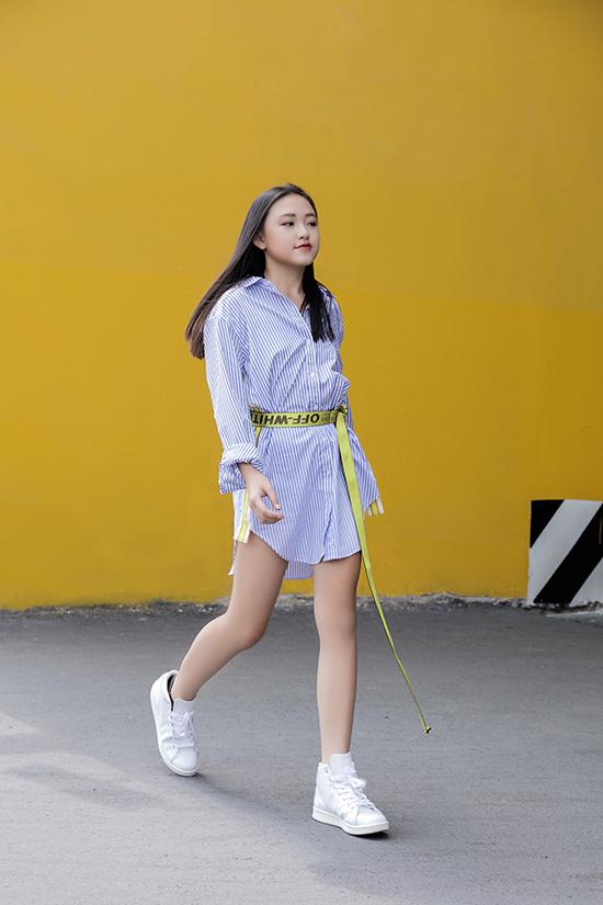 Mẫu nhí 11 tuổi thể hiện cách phối trang phục và sành điệu với những xu hướng hợp mốt không kém các anh chị người mẫu chuyên nghiệp.
