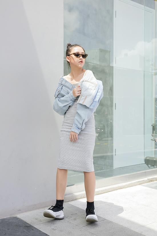 Bộ ảnh được thực hiện với sự hỗ trợ của nhiếp ảnh Nguyễn Du, stylist Tô Quốc Sơn, trang điểmHuy Nguyễn.