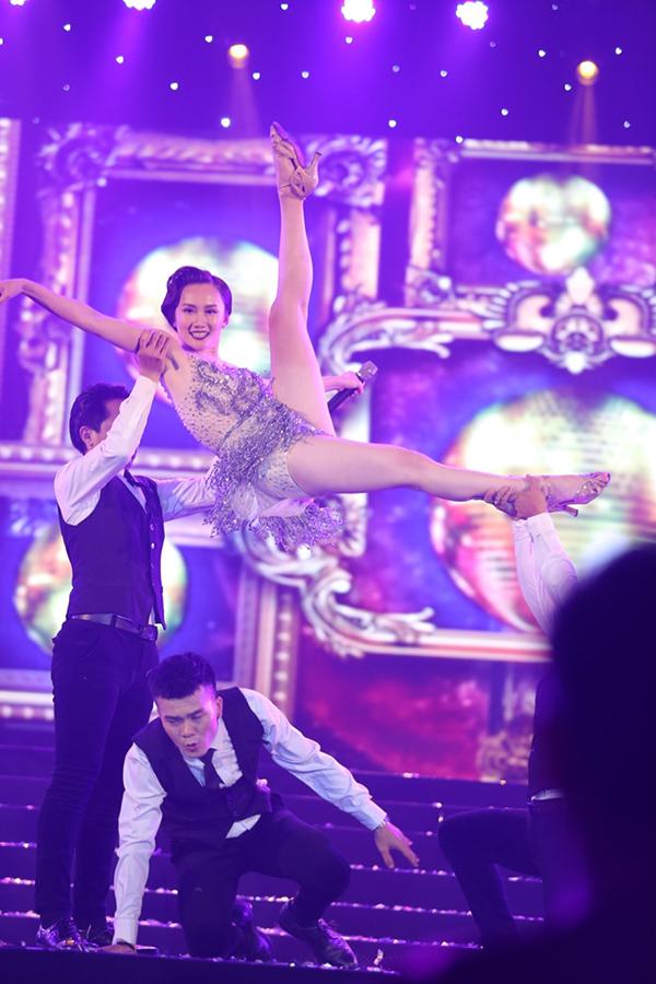 Vừa hát Hoàng Mỹ An vừa khoe những động tác khiêu vũ quyến rũ. Ca sĩ 22 tuổi được nam vũ công nhấc bổng lên cao, đá chân thẳng tắp.