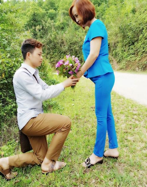 Cương tặng chị Sao bó hoa mua thay lời cầu hôn.