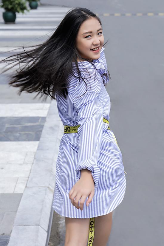 Ngoài những mẫu trang phục mang lại sự thoải mái khi đi học, đi chơi, Jenny Lê còn được chọn thêm các mẫu váy áo hot trend để xây dựng phong cách cá nhân.