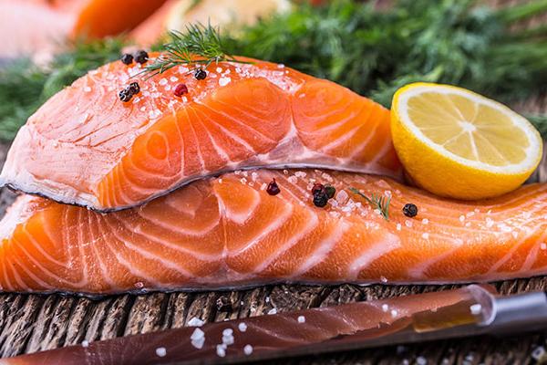 Cá hồi Hàm lượng axit béo Omega 3 cao trong cá hồi giúp bảo vệ da từ bên trong, đồng thời, làm trẻ hoá da, ngăn ngừa