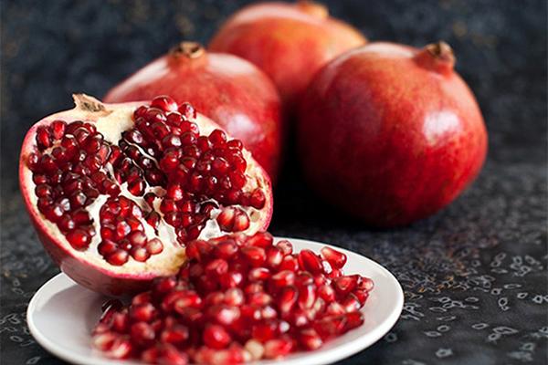 Lựu Thường xuyên ăn lựu giúp tăng khả năng chống nắng cho da lên tới 20%. Vitamin và khoáng chất trong lựu giúp vô hiệu hoá các gốc tự do, ngăn ngừa lão hoá sớm.