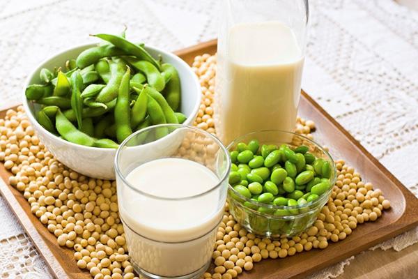 Đậu nành Đậu nành và các sản phẩm từ đậu nành có chứa nhiều genistein - một chất chống oxy hoá, giúp giảm tác hại của tia UV và thúc đẩy sản sinh collagen, làm kết cấu da săn chắc hơn.