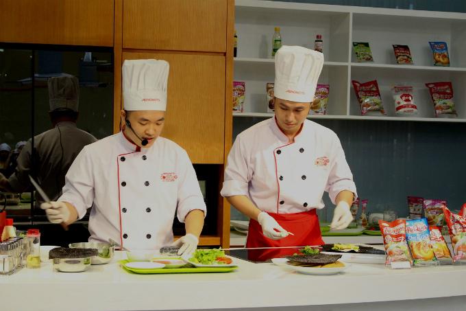 Đầu tiên, các gia đình sẽ được  đầu bếp của trung tâm chia sẻ  kiến thức về dinh dưỡng, sức khỏe, văn hóa, ẩm thực. Sau đó, đầu bếp sẽ tiến hành nấu 2 món ăn các học viên sẽ tiến hành nấu trong  buổi học. Các thành viên trong gia đình đều được trang bị giày, trang phục nấu nướng để đảm bảo vệ sinh.