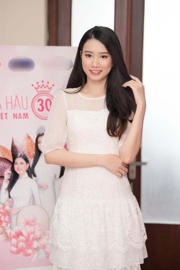 Thí sinh Công Lê Minh Hương thu hút với nhan sắc trong sáng. Côtheo học tại Học viên Báo chí và Tuyên truyền và là Á khôi 1 Nữ sinh viên Việt Nam duyên dáng 2015.