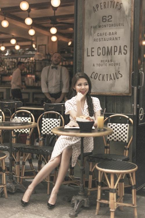 Nữ doanh nhân Tuệ Nghi đang có chuyến công tác dài ngày tại châu Âu. Cô cho biết học hỏi được nhiều điều bổ ích sau các cuộc họp cùng nhà đầu tư đến từ Pháp, Đức và Thuỵ Sĩ. Nhân chuyến đi này, cô tranh thủ thời gian lưu lại một số hình ảnh trên đường phố Paris.