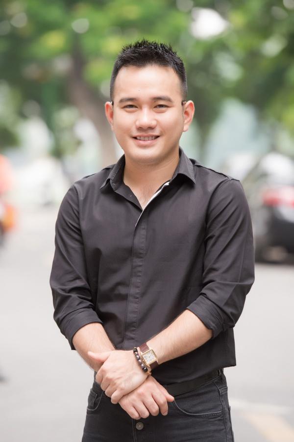 Nhà thiết kế Lê Thanh Hòa xuất hiện sớm tại địa điểm thi để theo dõi, quan sát các thí sinh phía Bắc.