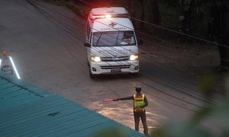 Xe cứu thương chở các nạn nhân vừa được giải cứu. Ảnh: AP.
