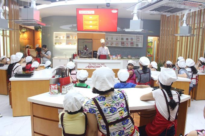 Cùng học nấu ăn là điều mà nhiều gia đình trẻ thường chọn để tham gia vào cuối tuần như một hoạt động vui chơi giải trí.