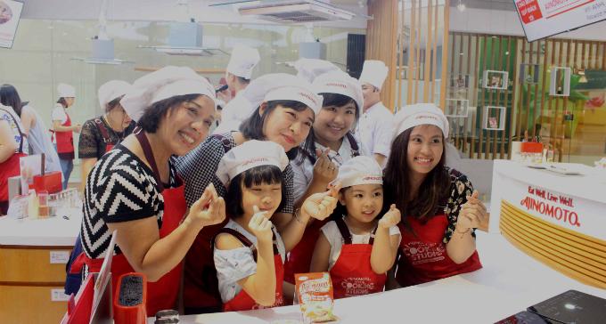 Tham gia hoạt động nấu ăn, các thành viên trong gia đình không chỉ cùng nhau trải nghiệm công việc nấu nướng đầy thú vị và ý nghĩa mà đây còn là nơi lan tỏa niềm đam mê nấu nướng và gắn kết gia đình.