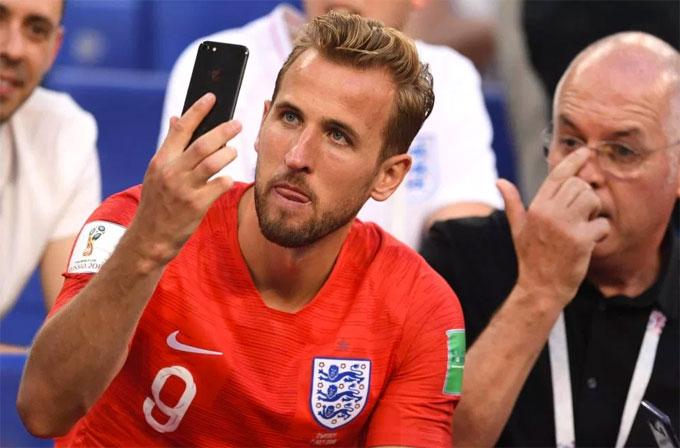 Không may mắn như đồng đội, Harry Kane phải gọi FaceTime cho bà xã mang bầu ở Anh sau chiến thắng.