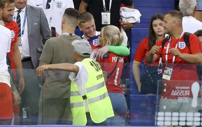 Sau trận thắng Thụy Điển 2-0 ở tứ kết World Cup, thủ môn tuyển Anh Jordan Pickford và các đồng đội lên khu vực khán đài gặp người thân từ xứ sương mù tới cổ vũ. Bạn gái của thủ thành Megan Davison có mặt từ đầu giải, là động lực lớn để Pickford tỏa sáng. Anh có liên tiếp những pha cứu thua xuất thần góp phần vào chiến thắng của Tam sư.